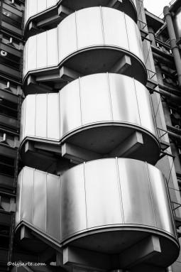 Alle spalle del mercato si erge la struttura avveniristica del Lloyd's Building progettata nel 1986 da Richard Rogers.