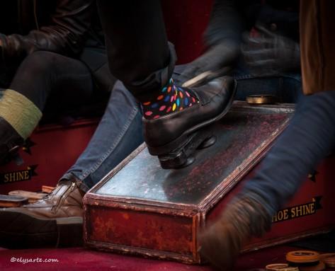 Sotto le volte di Leadenhall Market non posso fare a meno di catturare i colori di questa calza. La scarpa che l'uomo indossa è pronta ad essere lucidata da ragazzi sorridenti che si prestano a questa antica pratica.