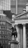 Un connubio perfetto tra antico e moderno, a Bank, alla congiunzione di almeno sette strade, che segna il cuore della City, la sede del mercato finanziario più importante del mondo. In fondo a Queen Victoria Street si erge la Mansion House, residenza ufficiale del Lord Mayor, il sindaco della City.
