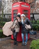 """La cabina rossa è una delle icone più importanti di Londra. La """"Red Telephone Box"""", come la chiamano i locali, frutto di un concorso della prima metà degli anni '20, è stata progettata da Giles Gilbert Scott (1880-1960), conosciuto anche per il progetto della Centrale elettrica di Bankside oggi sede della Tate Modern. Scott propose la sua K2 (Kiosco 2) dando al box un aspetto elegante e classico."""