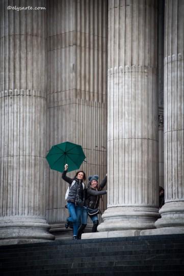 Raro esempio di statue vive tra le colonne di St. Paul