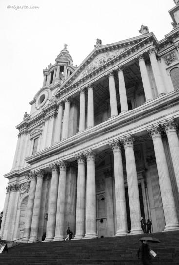 La grandiosa cattedrale di Christopher Wren, dedicata al santo patrono di Londra, è la quinta chiesa a essere costruita sul sito. La facciata è divisa in due ordini sovrapposti di colonne; al centro, tra le due torri, è il portico sormontato da un frontone. L'enorma massa della sua cupola è seconda solo a quella di S. Pietro a Roma.