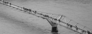Dall'alto della Tate Modern un bel panorama sulla città e uno scorcio inedito sul Millenium Bridge, progettato da Norman Foster, realizzato in acciaio e alluminio per le celebrazioni del nuovo millennio.