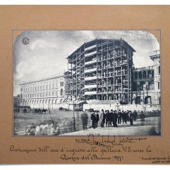 Costruzione dell'Arco di ingresso alla Galleria da piazza del Duomo, con Giuseppe Mengoni e l'équipe tecnica in primo piano, 1877